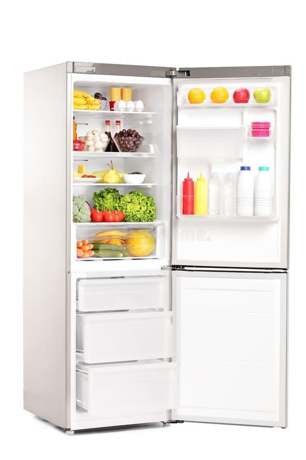 Öppna kylen mycket av sunda livsmedelsprodukter fotografering för bildbyråer