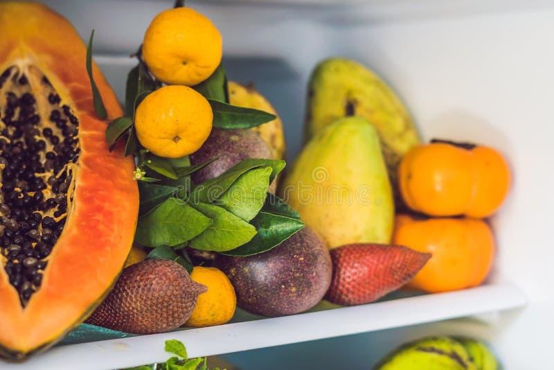 Öppna kylskåpet som fylls med den nya frukter och grönsaken, råkostbegreppet, sunt ätabegrepp arkivfoton