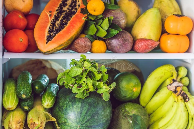 Öppna kylskåpet som fylls med den nya frukter och grönsaken, råkostbegreppet, sunt ätabegrepp arkivbilder