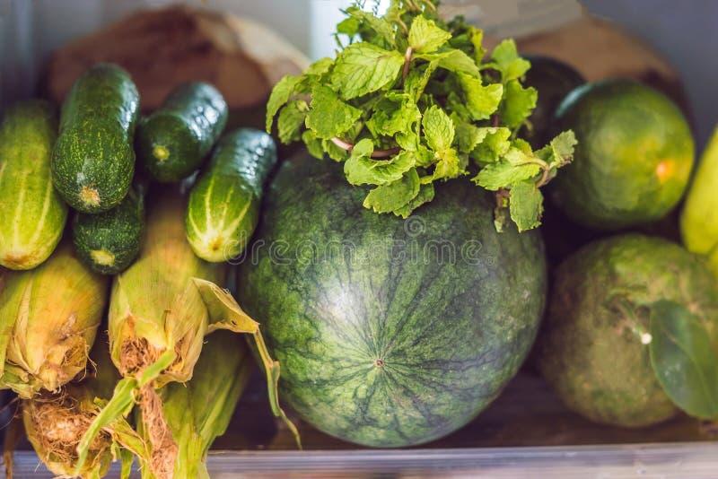 Öppna kylskåpet som fylls med den nya frukter och grönsaken, råkostbegreppet, sunt ätabegrepp royaltyfri foto