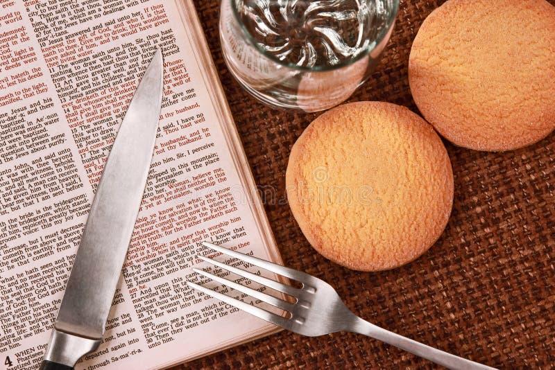 Öppna mat och drinken för bibel andlig royaltyfri bild