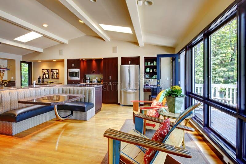 Öppna modernt lyxigt hemmiljövardagsrum och kök. royaltyfria foton