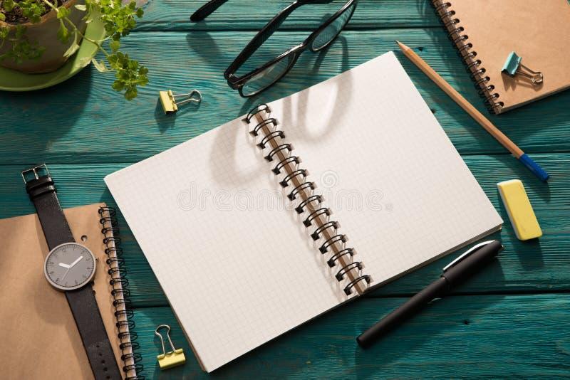 Öppna notepad- och kontorstillförsel fotografering för bildbyråer