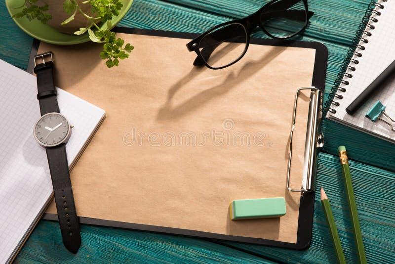 Öppna notepad- och kontorstillförsel royaltyfri bild