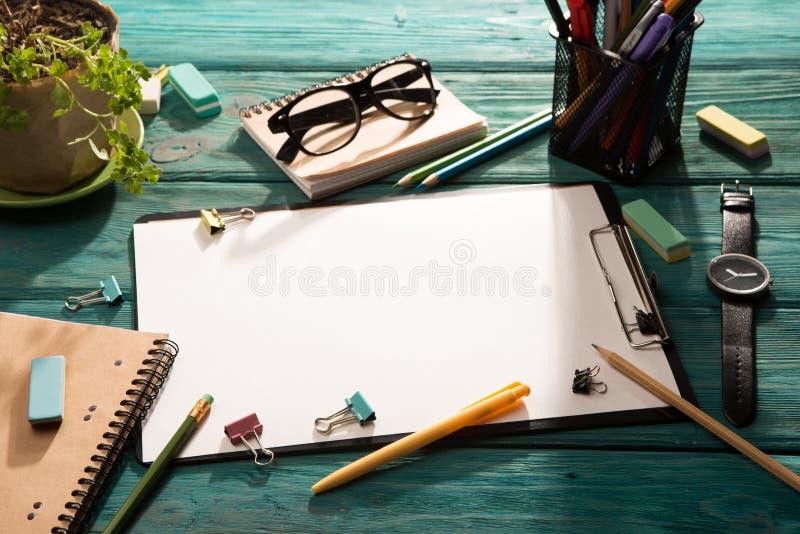 Öppna notepad- och kontorstillförsel arkivbild