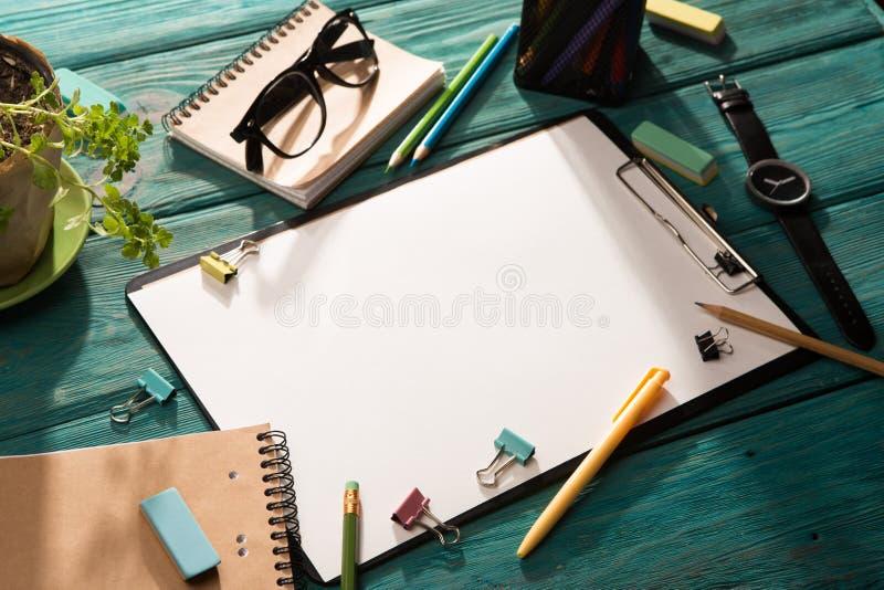 Öppna notepad- och kontorstillförsel arkivbilder