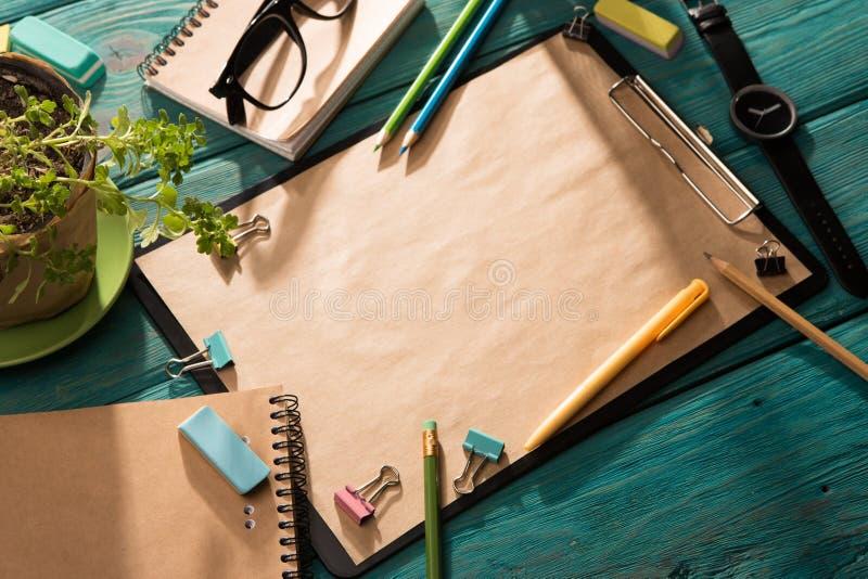 Öppna notepad- och kontorstillförsel arkivfoton