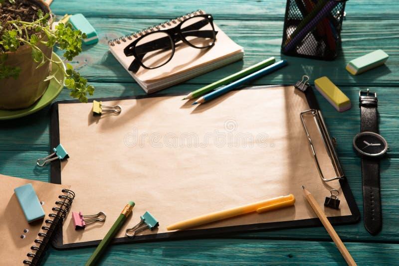 Öppna notepad- och kontorstillförsel royaltyfri foto