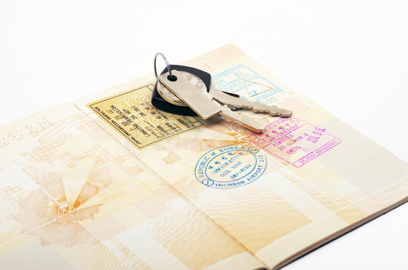Öppna pass- och biltangenter arkivbild