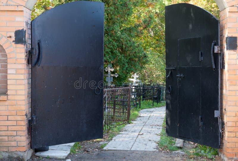 Öppna portar av den lantliga kyrkogården royaltyfri bild
