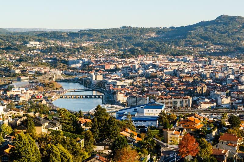 Öppna sikten av den historiska staden av Pontevedra från en högstämd synvinkel Broar som korsar den Lerez floden under solnedgång royaltyfri fotografi