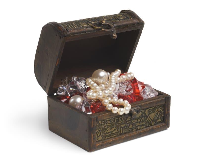 Öppna skattbröstkorgen med smycken som isoleras på vit royaltyfria bilder