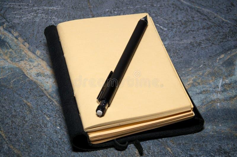 Öppna tidskriften med den mekaniska blyertspennan royaltyfria foton