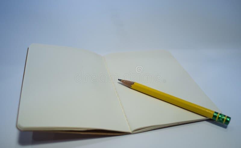 Öppna tidskriften och blyertspennan royaltyfria bilder