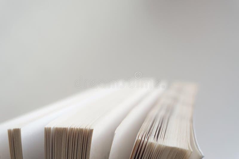 Öppna upp slutet för den gamla boken, boksidan royaltyfri fotografi