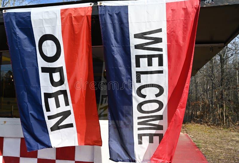 Öppna välkomstflaggor arkivbilder