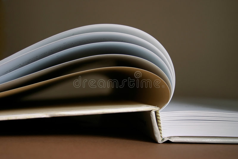 öppnad bok arkivfoton