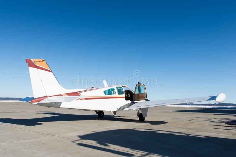 Öppnad dörr av litet propeller-drivande flygplan arkivbilder