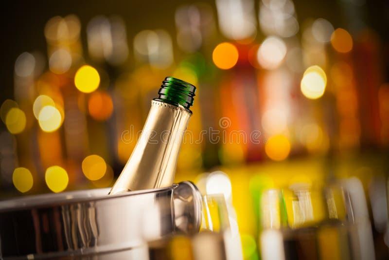 Öppnad flaska av champagne i behållare fotografering för bildbyråer