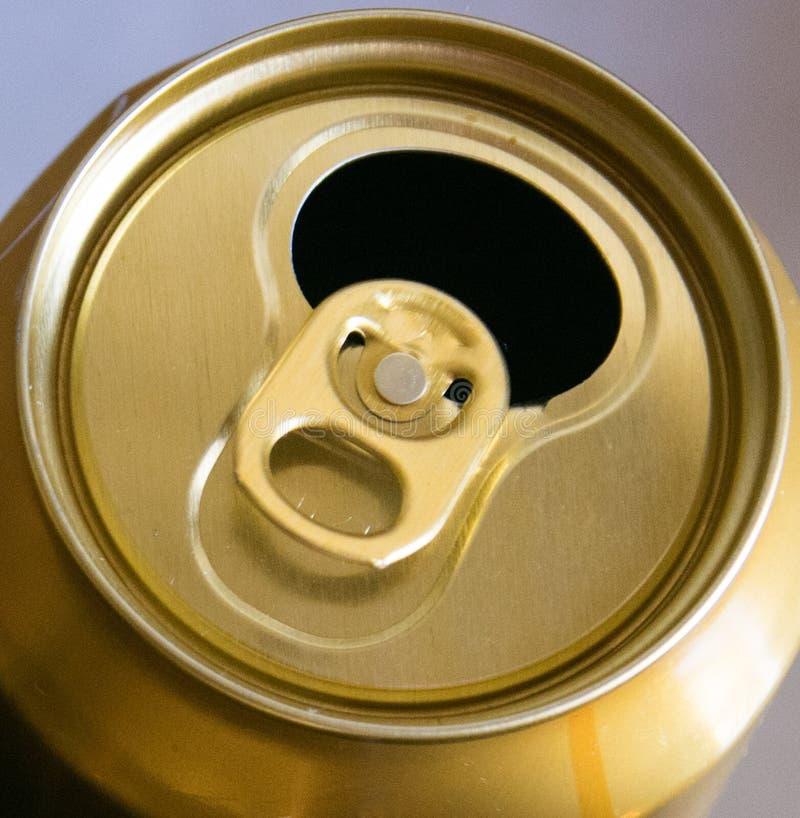 Öppnad guld- ölburk fotografering för bildbyråer