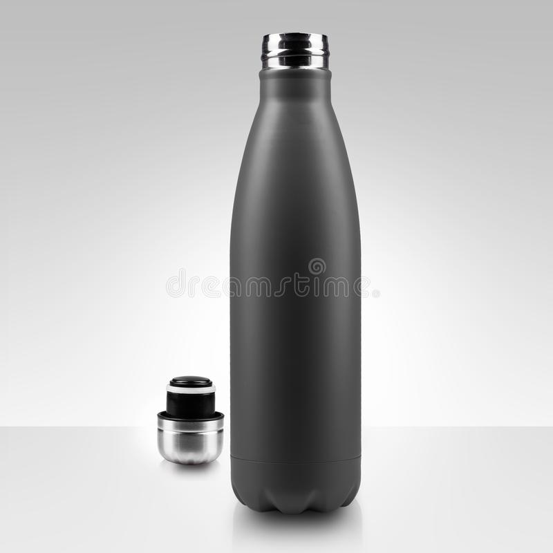 Öppnad rostfri thermo vattenflaska, närbild som isoleras på vit bakgrund fotografering för bildbyråer
