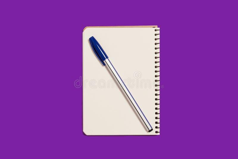 ?ppnad spiralanteckningsbok med en penna royaltyfri bild