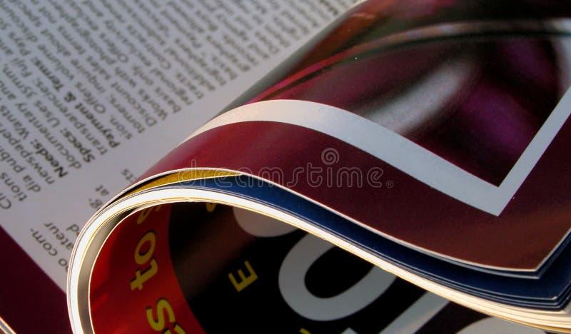 öppnad tidskrift arkivbild