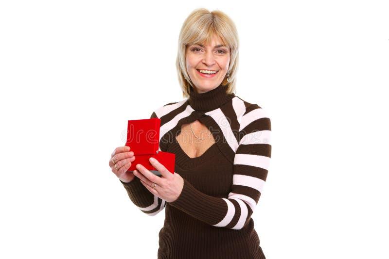 Öppnande aktuell ask för lycklig gammal kvinna royaltyfria bilder