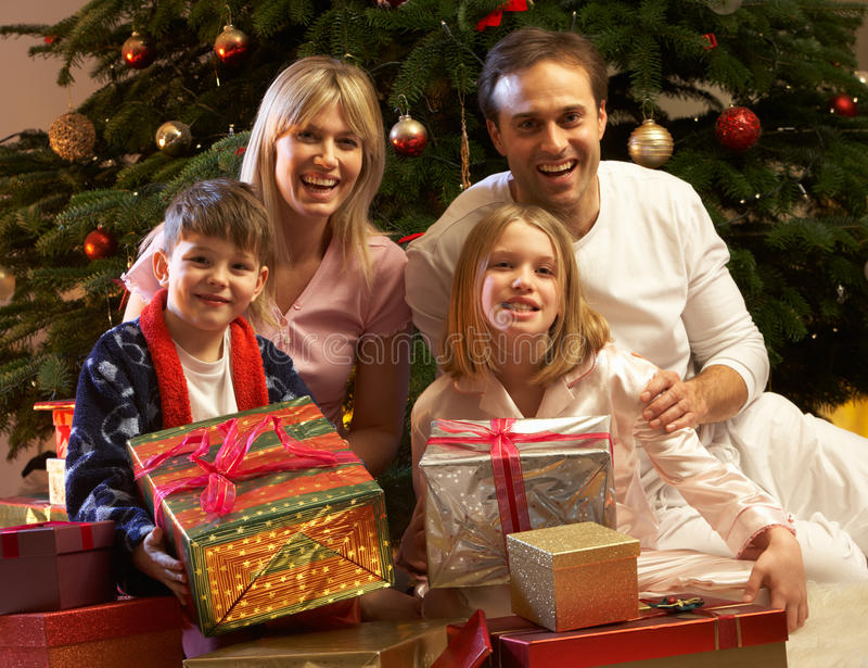öppnande aktuell tree för julfamiljframdel royaltyfri bild
