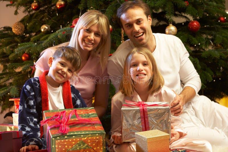 öppnande aktuell tree för julfamiljframdel royaltyfria bilder
