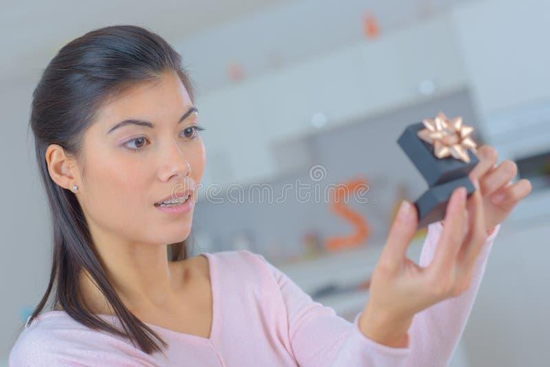 Öppnande smyckenask för kvinna med bandet royaltyfri fotografi