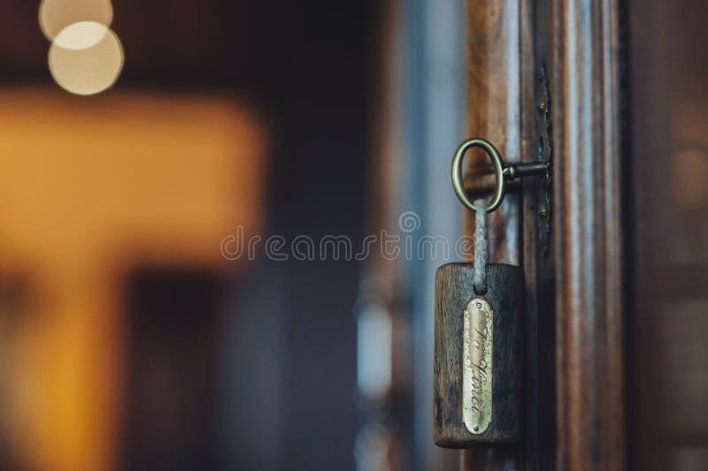 öppnar hängande tangenter för dörr silhouetten arkivfoto
