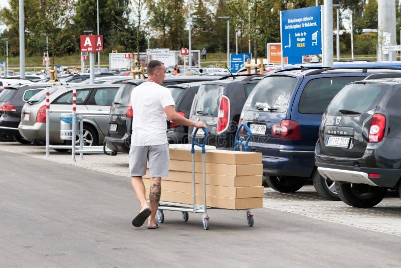 Öppning av ett nytt Ikea lager royaltyfri bild
