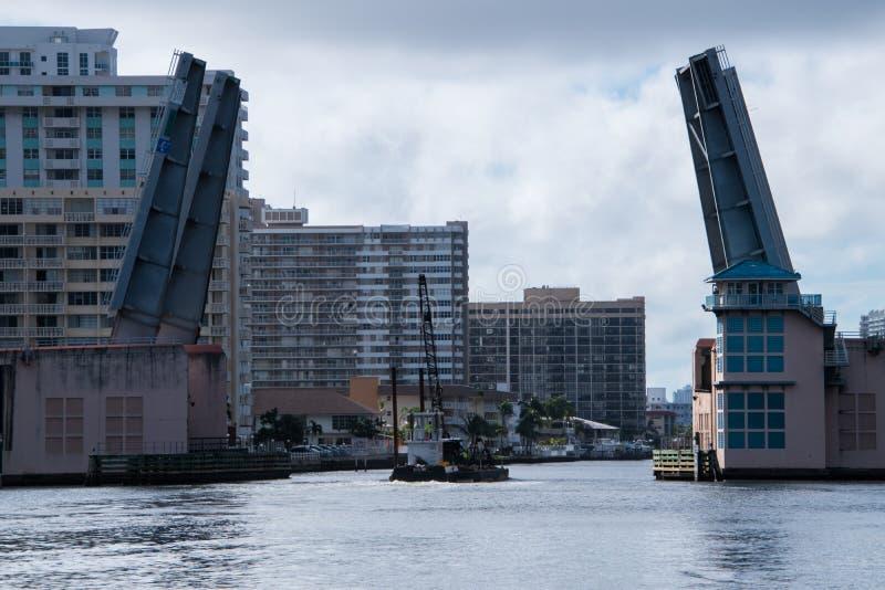 Öppning för attraktionbro som låter kranen på pråm gå under royaltyfri bild