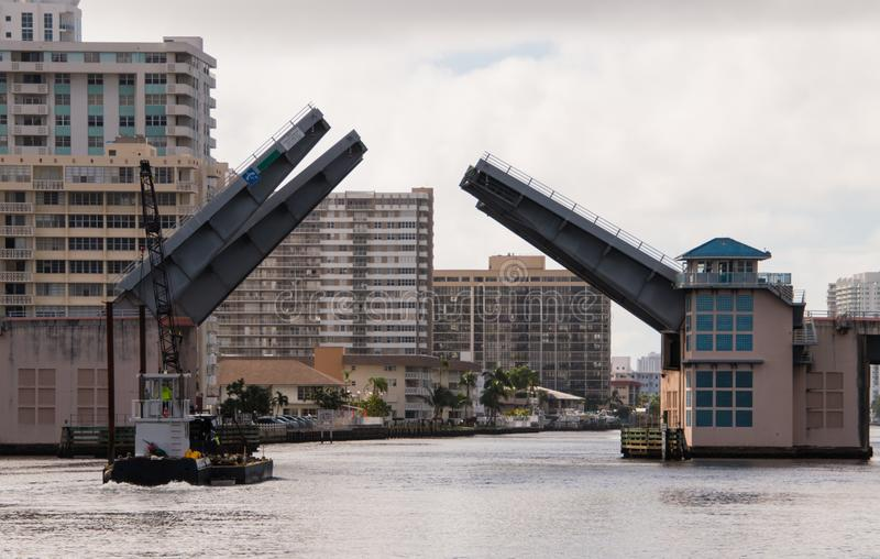 Öppning för attraktionbro som låter kranen på pråm gå under arkivfoton