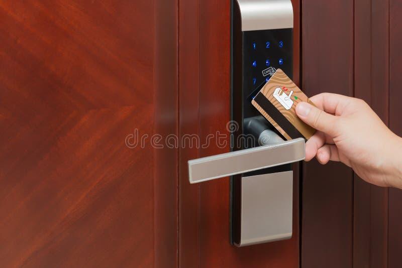 Öppning för dörrlås vid säkerhetskortet royaltyfri bild