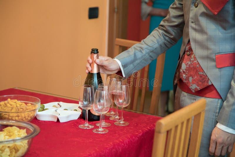 öppning för flaskchampagneman royaltyfri foto