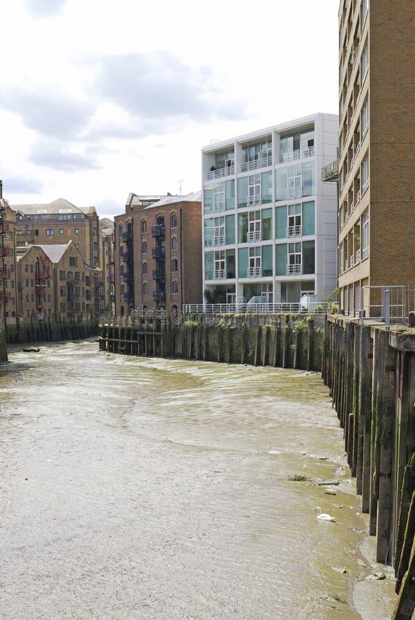 Öppning in i floden Thames. London. UK royaltyfria bilder
