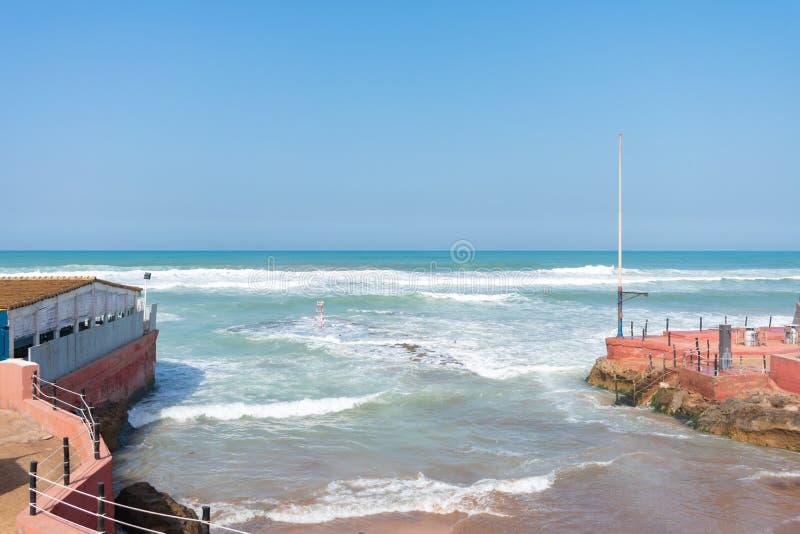 Öppning längs Atlanticet Ocean i Casablanca Marocko med vågor royaltyfria bilder