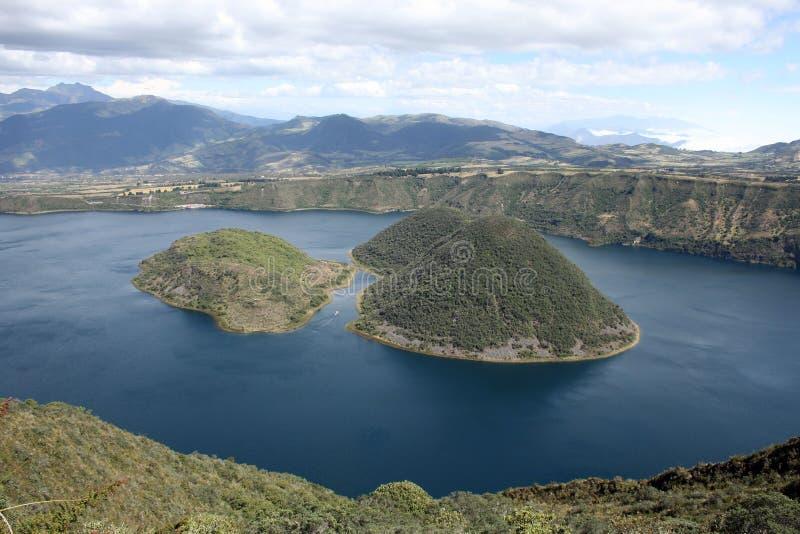 Öppningen mellan öarna av laken Cuicocha royaltyfri bild