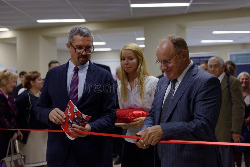 Öppningscermoni av ny akademisk byggnad av högre skola av nationalekonomi arkivfoton