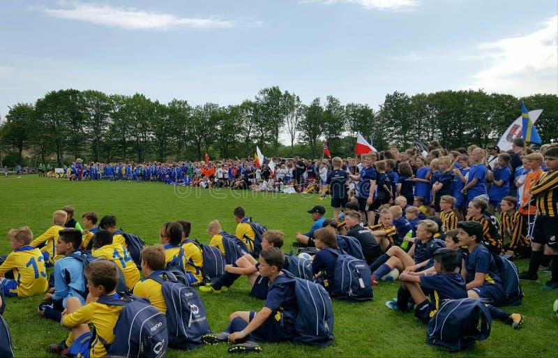 Öppningscermoni för Aalborg stadskopp på 10 Maj, 2018 Den internationella kvinnlign och manliga lag samlade tillsammans i fotboll royaltyfri bild