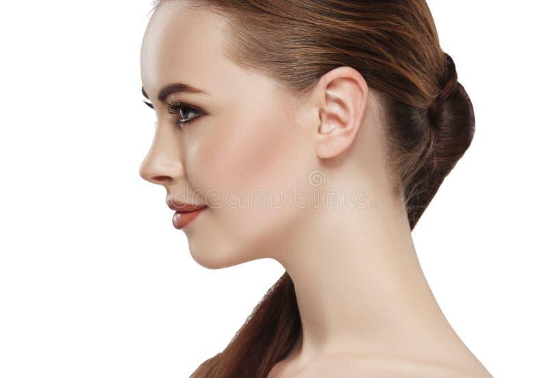 Öra för hals för framsida för hud för profilkvinnaskönhet royaltyfri bild