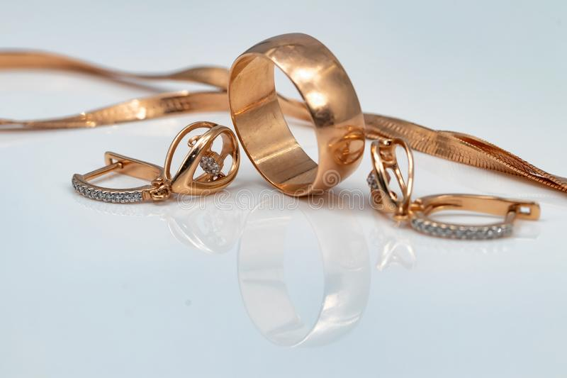 Örhängen med dansdiamanter, den guld- cirkeln och den guld- kedjan royaltyfria bilder