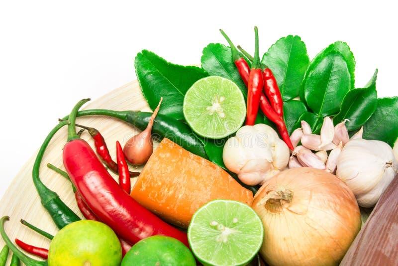 Ört- och kryddaingredienser för asiatisk mat på vit bakgrund arkivfoto