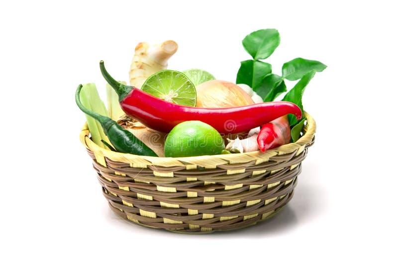 Ört- och kryddaingredienser för selektiv fokus i träkorg på w arkivfoton