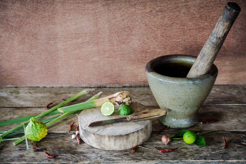 Ört och kryddiga ingredienser av thai mat på träbakgrund in arkivfoton