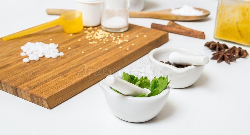 Örter och andra ingredienser för framställning av hemlagade skönhetsmedel arkivfoton