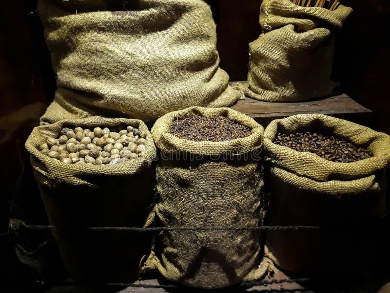 Örter och krydda i en säck på en svart bakgrund royaltyfri foto
