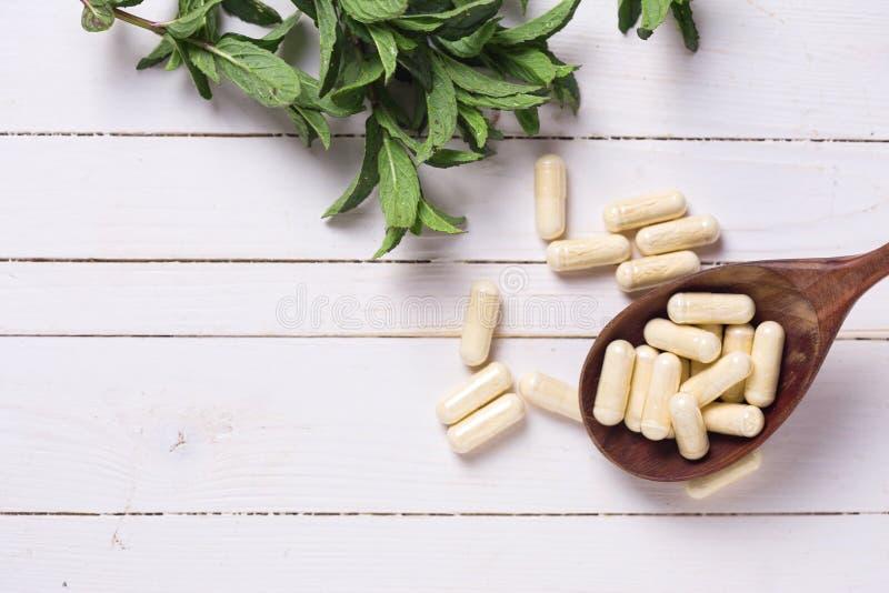 Örter och preventivpillerar Begreppshomeopati arkivfoton
